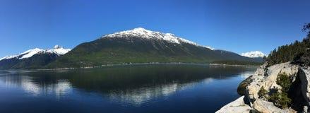 De Wildernis van Alaska met Snowcapped Panoramische Bergen - Stock Fotografie
