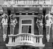 De willekeurige bouw met standbeelden en balkon stock fotografie