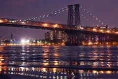 De Williamsburg-brug bij nacht, New York royalty-vrije stock foto