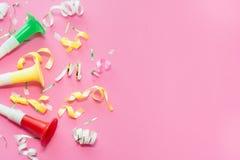 De wimpels van de Colorulpartij op roze achtergrond Het concept van de viering Vlak leg royalty-vrije stock foto's