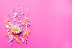 De wimpels van de Colorulpartij op roze achtergrond Het concept van de viering Vlak leg stock foto