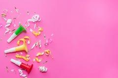 De wimpels van de Colorulpartij op roze achtergrond Het concept van de viering Vlak leg stock afbeeldingen