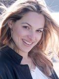 De wind blaast het haar van blonde meisje Royalty-vrije Stock Foto