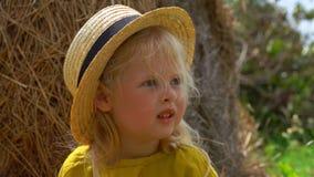 De wind blaast het haar van een klein meisje stock footage