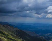 De wind groeit dik, groeit de wolk sterk stock fotografie