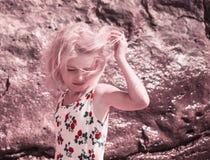 De wind speelt het haar in blond meisje op het strand stock fotografie