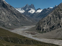 De windende grijze morenevallei van de hoge berggletsjer van Zanszar: van de hoogste pieken die met korsten van ijs worden behand Royalty-vrije Stock Afbeelding