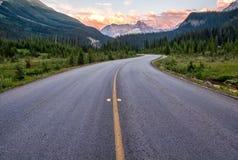 De windende Weg die van de Weg tot Berg leidt Royalty-vrije Stock Afbeelding