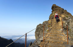 De windende weg van de bergtrekking in Pico do Areeiro, Madera, Portugal stock fotografie