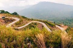 De windende weg van het bergasfalt stock afbeeldingen