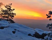 De winderige mening van de de winterochtend aan het Oosten met oranje zonsopgang. Dageraad in rotsen Royalty-vrije Stock Foto