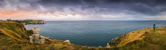 De winderige van het overzeese wolken kustpanorama Royalty-vrije Stock Foto's