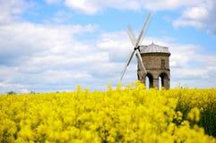 De Windmolen van Chesterton op geel gebied Royalty-vrije Stock Foto