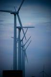 De windmolens in een rij op zonnige dag, zoemden Royalty-vrije Stock Foto