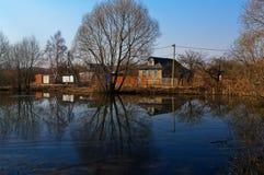 De windmolens van het panoramalandschap op waterkanaal in dorp stock foto's