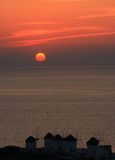 De windmolens van MYkonos onder zonsondergang Stock Afbeelding