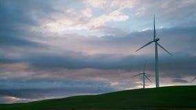 De windmolenturbines zijn close-up tegen de achtergrond van onweersbuiwolken royalty-vrije stock foto's