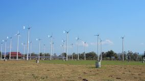 De windturbines bewerken ecogebied in heldere dag met blauwe hemelachtergrond in Chang Hua Man Royal Projects Phetchaburi stock footage