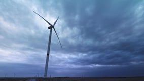 De windturbines veroorzaken milieuenergie Het concept milieuvervuiling, nieuwe technologieën van alternatief stock video