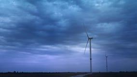 De windturbines veroorzaken milieuenergie Het concept milieuvervuiling, nieuwe technologieën van alternatief stock footage