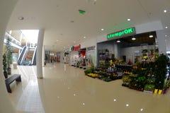 De winkel van de bloem met een nieuwe Winkel van het supermarktEinde Stock Foto's