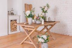 De winkel van de bloemendecoratie open haard met hout wordt verfraaid dat Royalty-vrije Stock Foto