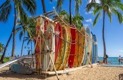 De winkel van de brandingshuur op Waikiki-strand Stock Foto