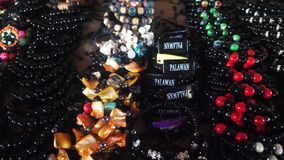 De winkel van herinneringsarmbanden bij markt in Filippijnen stock videobeelden
