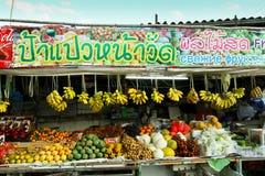 De winkel van het fruit met affiches   Stock Foto