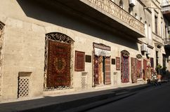 De winkel van het tapijt in oude stad. Baku. Stock Afbeeldingen