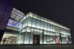 De winkel van Louis Vuitton bij nacht in Dalian, China Stock Afbeelding