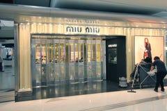 De winkel van Miumiu in Hong Kong International-luchthaven Stock Foto