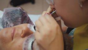 De winkel van de schoonheid Wimperuitbreiding Het close-up van vrouwen` s ogen Wimpers, close-up, macro, Vrouwelijke schoonheid stock footage