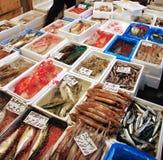 De winkel van zeevruchten in tsukijimarkt Stock Afbeelding
