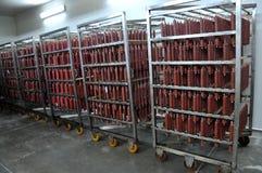 In de winkel voor de productie van gerookte worsten Stock Afbeelding