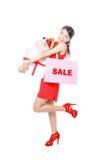 De winkelende gelukkige vrouw neemt het winkelen zak en gift Stock Afbeeldingen