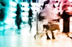 De winkelende mensen overbevolken bij Stock Afbeelding