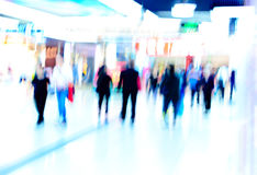De winkelende mensen overbevolken bij Royalty-vrije Stock Afbeeldingen