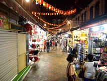 De winkels en de opslag bieden en verkopen een verscheidenheid van lokale herinneringsproducten aan toeristen in Chinatown, Singa Stock Afbeeldingen