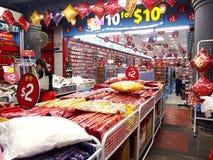 De winkels en de opslag bieden en verkopen een verscheidenheid van lokale herinneringsproducten aan toeristen in Chinatown, Singa Royalty-vrije Stock Foto