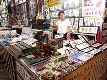 De winkels en de opslag bieden en verkopen een verscheidenheid van lokale herinneringsproducten aan toeristen in Chinatown, Singa Royalty-vrije Stock Foto's