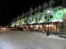 De winkels van de hoofdstraat van Banff bij nacht Royalty-vrije Stock Foto