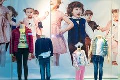 De winkelshowcase van kinderenkleren Stock Afbeeldingen