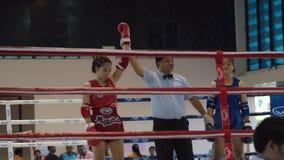 De winnaar, het Thaise de vrouw van Muay in dozen doen De boksers die op sport boksring vechten stock foto
