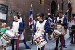 De winnaars van het ras paraderen de straten. stock foto