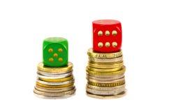 De winnende contant geldmuntstukken en dobbelen geïsoleerdo op wit Royalty-vrije Stock Afbeelding
