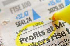De winsten van de tekening op financiële krant stock foto's