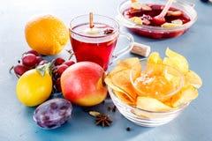 De winter alcoholische dranken - overwogen wijn, stempel, grog met de glazen van het cornflakesglas met overwogen wijn Stock Foto