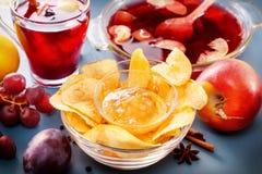 De winter alcoholische dranken - overwogen wijn, stempel, grog met de glazen van het cornflakesglas met overwogen wijn Hete fruit Royalty-vrije Stock Afbeeldingen