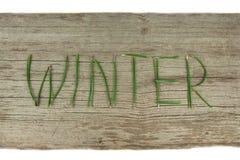 De winter Altijdgroene Twijgen op Rustieke Houten Raad Royalty-vrije Stock Foto